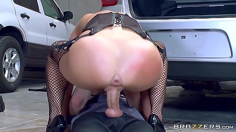 Parking lot fuck with impressive milf Veronica Avluv on security guards cock
