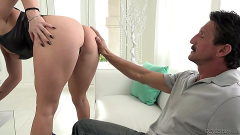 Jennifer White shows off her great butt then sucks a bit and gets licked