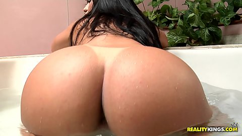Tanline innie pussy Brazilian latina Aline Rios splashing her butt in our tub