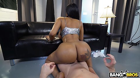 Photographer gets a bit more then he expected when a lovely bubble butt black milf Moriah Mills mount shim